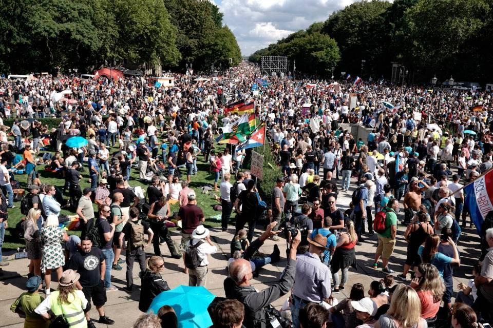 Berlino, rivolta contro le norme COVID-19