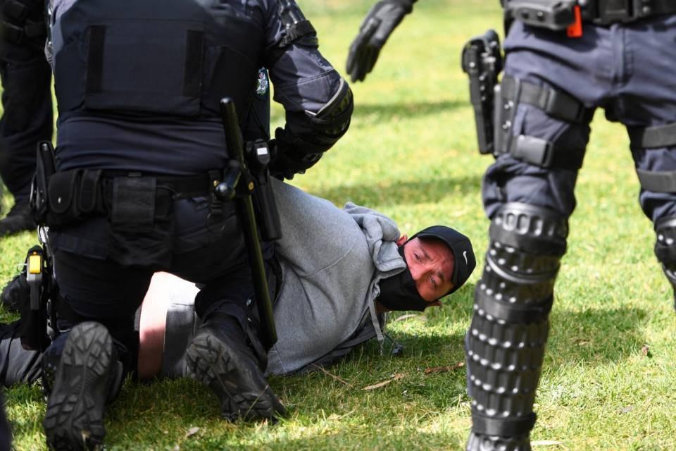 Proteste anti-lockdown a Melbourne, scontri e arresti