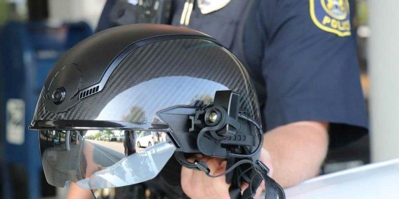 Il nuovo casco della polizia esegue la scansione per Covid 19 e utilizza il riconoscimento facciale