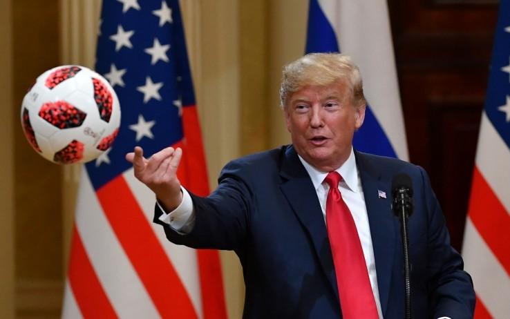 Putin regala pallone dei Mondiali a Trump, che lo lancia a Melania | Sky TG24