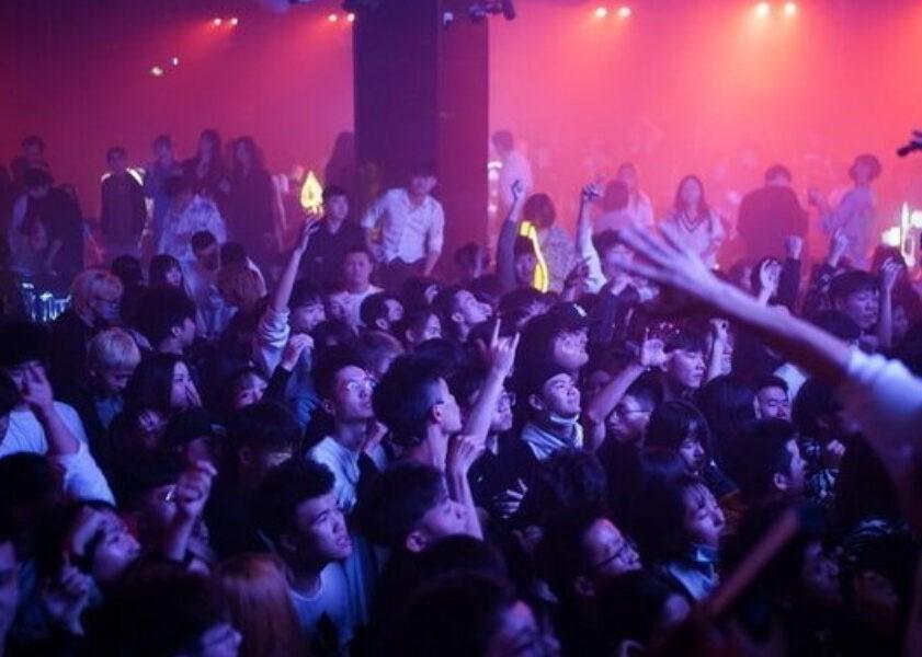 Feste in discoteca, ristoranti pieni e strade affollate: la rinascita di Wuhan un anno dopo il covid - Il Riformista