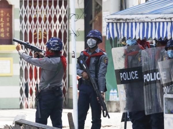 Policía de Birmania lanza lacrimógenos contra manifestantes