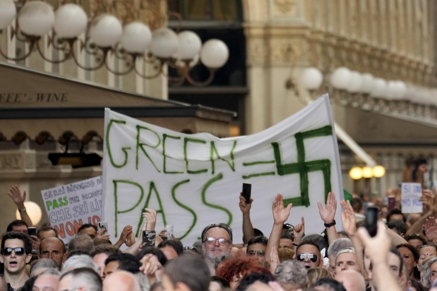 Svastiche e insulti a Draghi: il popolo no-vax e no-Green pass sfila in tutta Italia - Il Riformista