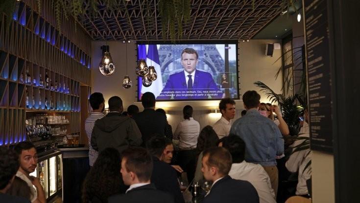 Francia, Macron introduce green pass per bar, treni e cinema - la Repubblica