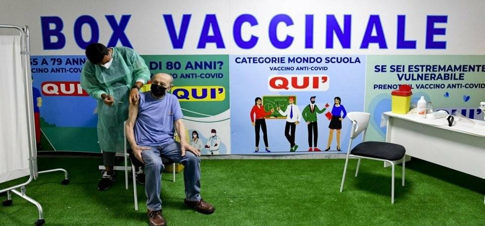 Vaccini, tagli a forniture Pfizer e fuga da AstraZeneca: la campagna rallenta, prime dosi dimezzate