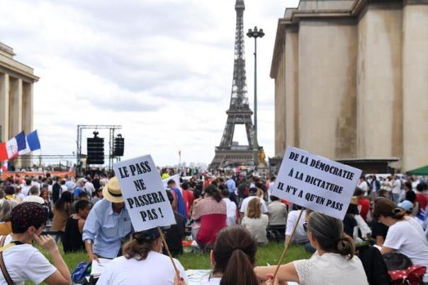 Francia: manifestazioni no green pass, 161.000 persone in piazza contro Macron. Qualche incidente | Firenze Post